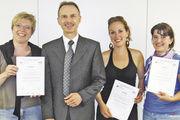 Akademie-Geschäftsführer Dr. Wolfgang Filter mit den drei Kursbesten (von links): Daniela Wankmiller-Wruck, Sandra Stadler und Katrin Müller.