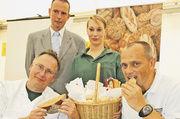 Die Brotprüfer Karl-Ernst Schmalz und Christof Nolte erläuterten die Qualitätskriterien für gutes und ausgezeichnetes Brot.