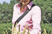 Expertin Elke zu Münster nimmt die Dinkelernte unter die Lupe.