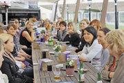 Nach erfolgreicher Abschlussprüfung gemeinsam an einem Tisch: Die neuen Gesellen und Fachfrauen der Stendaler Landbäckerei mit ihren Ausbildern.