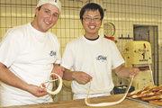 Knoten in die Brezel: Daniel Link zeigt es seinem japanischen Kollegen.