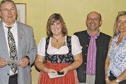 Obermeister Josef Magerl mit der prüfungsbesten Verkäuferin Martina Böhm, Anette Weigert und Lehrlingswart Franz Landstorfer (v. l.).
