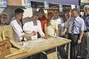 Ein Bäcker aus der französischen Partnerstadt zeigte Obermeister Friedbert Englert (2. v. links), wie man landestypische Baguettes macht. Auf dem Foto (von rechts): MdL Georg Nelius und Landrat Dr. Achim Brötel.