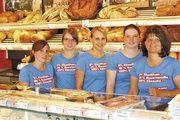 Das Verkaufsteam der Bäckerei Reinhardt sorgte auch mit einheitlichem Outfit für Aufsehen. Rechts Betriebsleiterin Andrea Reinhardt.
