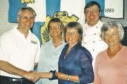 Obermeister Fritz Trefzger (links) und Heiner Rexrodt (2. von rechts) bei der Spendenübergabe an die Vertreterinnen der drei Förderkreise.