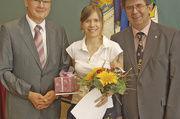 Obermeister Wolfgang Meyer (rechts) und Gunter Schäfer als Vorsitzender des Prüfungsausschusses gratulierten Anne Schaefer, der prüfungsbesten Fachverkäuferin.