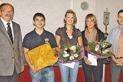 Die Prüfungsbesten: Sebastian Bernhardt, Christin John und Anna Katharina Knieling flankiert von OM Olaf Nolte (rechts) und Stadtrat Horst Nierichlo.