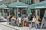 Starbucks-Cafés haben sich als Szenecafés vor allem bei jungem Publikum etabliert. Nun soll das Speisenangebot noch stärker auf den deutschen Geschmack abgestimmt werden.