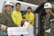 Militärbesatzer am Stand der Bäckerei Rösler. Das Verkaufsduo Marcel Schlott (2.v.l.) und Daniel Rösler (2.v.r.) nahm die Kontrolle gelassen.