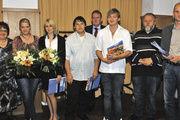 Auszeichnung der Besten (v. l.): Prüferin Maria Sauer, die Verkäuferinnen Carolin Emmerich und Christin Köhler, die Bäcker Tim Wittmann und Jan Kunkel, die Prüfer Martin Sauer, Michael Zimlich und OM Werner Hanf (hinten).