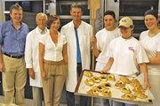 Links die Jury mit Manfred Sagstetter, Albert Rose, Ute Hohenthanner und Franz Klein. Drei Bäckergesellinnen kämpften um den Sieg: Maria Haslbeck, Kerstin Schmidt und Kammersiegerin Theresia Ruhland (v. l.).