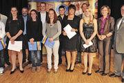Die anwesenden Besten mit Offiziellen. Von rechts OM Willi Renner und HWK-Präsidentin Brigitte Mannert, im Hintergrund Olaf Schütz (4. von rechts) und in der zweiten Reihe (links) Lehrlingswart Rudolf Raab.