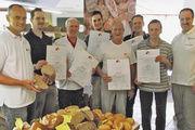 Qualitätsprüfer Schmalz, Obermeister Kugel und Vorstandsmitglied Jürgen Joch (von links) mit den ausgezeichneten Kollegen.
