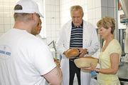 Bäckermeister Heinrich Callies und Lehrerin Jutta Schulz erklären den Häftlingen den Zusammenhang zwischen Backvorgang und Krumenstruktur.