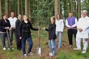 Bei Hans-Jürgen Tackmann (2. von links) gehört es zum Programm, mit den neuen Azubis Bäume zu pflanzen.