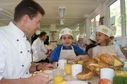 """Zur Eröffnung der Aktion """"Unser Frühstücksbäcker"""" trafen sich Hamburger Bäcker mit Grundschülern zum gemeinsamen Frühstück."""