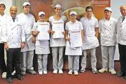 Das Teilnehmerfeld bei den Bäckern mit den Jurymitgliedern Siegfried Brenneis (2. v. li) und Gerold Heinzelmann (re.). Gewonnen haben (Mitte v. li.): Annika Pfender (2. Platz), Marion Wurst (1. Platz) und Timea Mogyorosi (3. Platz).