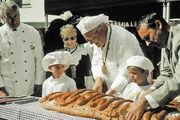 Landesinnungsmeister Fritz Trefzger, Obermeister Martin Magnus und Bürgermeister René Lohs beim traditionellen Brotanschnitt.