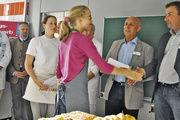 Sarah Hannweber, die Siegerin bei den Bäckereifachverkäuferinnen nimmt die Glückwünsche entgegen. Links daneben die beste Bäckerin, Julia Göllner.