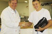 Obermeister Kurt Held aus Ansbach (links) gratuliert Sieger Michael Böbel.