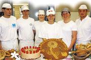 Die Finalisten des Landeswettbewerbs der Bäcker (von rechts): Georg Josef Hermann (1. Platz), Theresa Ruhland, Nicole Sandner, Julia Göller (3. Platz), Raphael Kraus und Andreas Schwab (2. Platz).