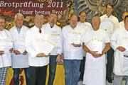 Stolz präsentieren Betriebsinhaber, die den diesjährigen Leistungspreis bekommen haben, ihre Auszeichnungen.