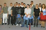 15 Nachwuchsbäckern händigte Obermeister Wolfgang Wehr (links) die begehrten Gesellenbriefe aus.