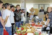 Prüfer Manfred Stiefel (2.v.r) und Helmut Wind (1.v.r.), Obermeister der Bäckerinnung Ulm, freuten sich über das rege Interesse an der öffentlichen Brotprüfung in der Schalterhalle der Sparkasse Ulm.