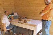 Qualitätsprüfer Manfred Stiefel und Bäcker-meister Martin Lahm (rechts) sind vom hohen Wert der Brotprüfung überzeugt.