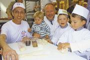 Stefan Marks (links) und Heinz Hintelmann halfen den Kleinsten beim Formen und Verzieren der Teigstücke.