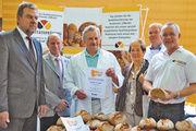 Qualitätsprüfung in der Sparkasse mit Direktor Detlef Brockmann (links), Brotprüfer Michael Isensee (rechts) und OM Hauke-Wilhelm Bente.