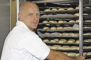 Bäckermeister Martin Brugger kühlt und lagert die Kleingebäckteiglinge in der Recovery-Zelle der Kälteanlage von Koma, die mittels einfach zu bedienendem Display gesteuert wird.