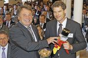 Der bayerische Ernährungsminister Helmut Brunner (links) hat jetzt das Kompetenzzentrum für Ernährung mit dessen Leiter Dr. Wolfram Schaecke eröffnet.