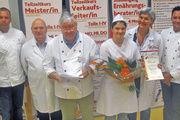 Marie-Christin Stobernack (3. von rechts), die Landesmeisterin der Bäckerjugend in Berlin und Brandenburg, mit der Bewertungskommission.