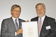 Sein Rat wird in der Branche geschätzt: Dipl. Ing. Johann Berchtold erhält die Auszeichnung von AGF-Vize-Präsident Heribert Kamm.