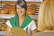 Professionelles Auftreten und gute Berufskleidung verleihen der Verkäuferin eine unterbewusst wahrgenommene Autorität. Der Preis wird da zur Nebensache.