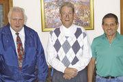 Geschäftsführer Wolfgang Mößner (von links) mit Werner Autenrieth (35 Jahre Obermeister der Innung Bretten) und Heiner Hagenbucher.
