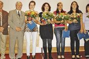 Lehrlingswart Werner Krämer und Obermeister Karl-Heinz Jooß (v. l.) gratu-lieren den vier zweitbesten Verkäuferinnen Alice Münch, Tina Kürz, Sabrina Feldner, Vanessa Doll und der besten Verkäuferin Svenja Dahse.