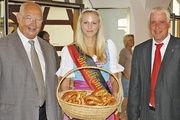 Obermeister Herbert Bader (links) und Mona Schmidt – der Württembergischen Brezelkönigin, mit Biberachs Oberbürgermeister Thomas Fettback.