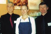 Geschäftsführer Rochus Ortlieb (links) und Markus Chiandetti von der Bäko Südbaden freuen sich mit Kaffeeexpertin Natalie Andrich über das große Interesse der Messebesucher.