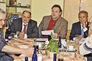 Informierten die Mitglieder der Bäckerinnung Fulda (von links, hinten): Verbandsgeschäftsführer Stefan Körber, Obermeister Joachim Michel und Manfred Schüler, Geschäftsführer der Kreishandwerkerschaft.
