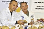 Obermeister Rolf-Dieter Hembd (rechts) und Qualitätsprüfer Karl-Ernst Schmalz waren mit dem Ergebnis der Stollenprüfung zufrieden.