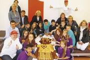 Frühstücksaktion in der Wilhelm-Ferdinand-Schüßler-Tagesschule (Düsseldorf) mit der Schulleitung, Bäckermeister Jens Schäfer (links) und Raymund Hinkel, PR-Beauftragter der Bäckerei Hinkel (rechts hinten).