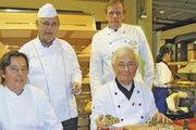 Gut zu tun hatten Stollenprüfer Eckhard Kubisch (rechts) und sein Assistent Jens Engelhardt. Hinten rechts Jan-Henning Körner, Obermeister der Bäckerinnung Hamburg mit Sängerpräsident Hartmut Körner.