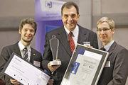 Bei der Preisverleihung: Karl-Dietmar Plentz (Mitte) mit René Tausch, Vorstandsmitglied der Wirtschaftsjunioren (links) und Frank Berting, Bundesvorsitzender der Junioren des Handwerks.