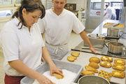 Lernen unter Praxisbedingungen: In der Backstube des Kolping-Berufsbildungswerks Brakel werden Bäckereiartikel unter realen Bedingungen produziert. Fotos (2): Kolping