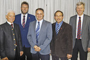 Obermeister Max Artmeier, Armin Stöckl, Johann Bründl, Egbert Huber und Johann Dilger (von links) auf der Versammlung in Straubing.