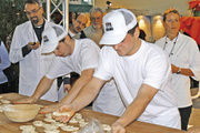 """Mattias Herrmann (links) wurde Erster beim Oberbayerischen Regionalentscheid zu """"Bayerns schnellster Bäcker""""."""