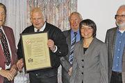 Werner Autenrieth (links) wird zum Ehrenobermeister. Die ersten Gratulanten waren Geschäftsführer Wolfgang Mößner, Obermeister Heinz Österle, Ute Sagebiel-Hannich sowie Kreishandwerksmeister Friedrich Hoffmann.