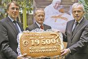 Andreas Kofler und LIM Johannes Schultheiß (von rechts) übergaben Ober-kirchenrat Dieter Kaufmann einen gebackenen Scheck über 19.500 Euro.